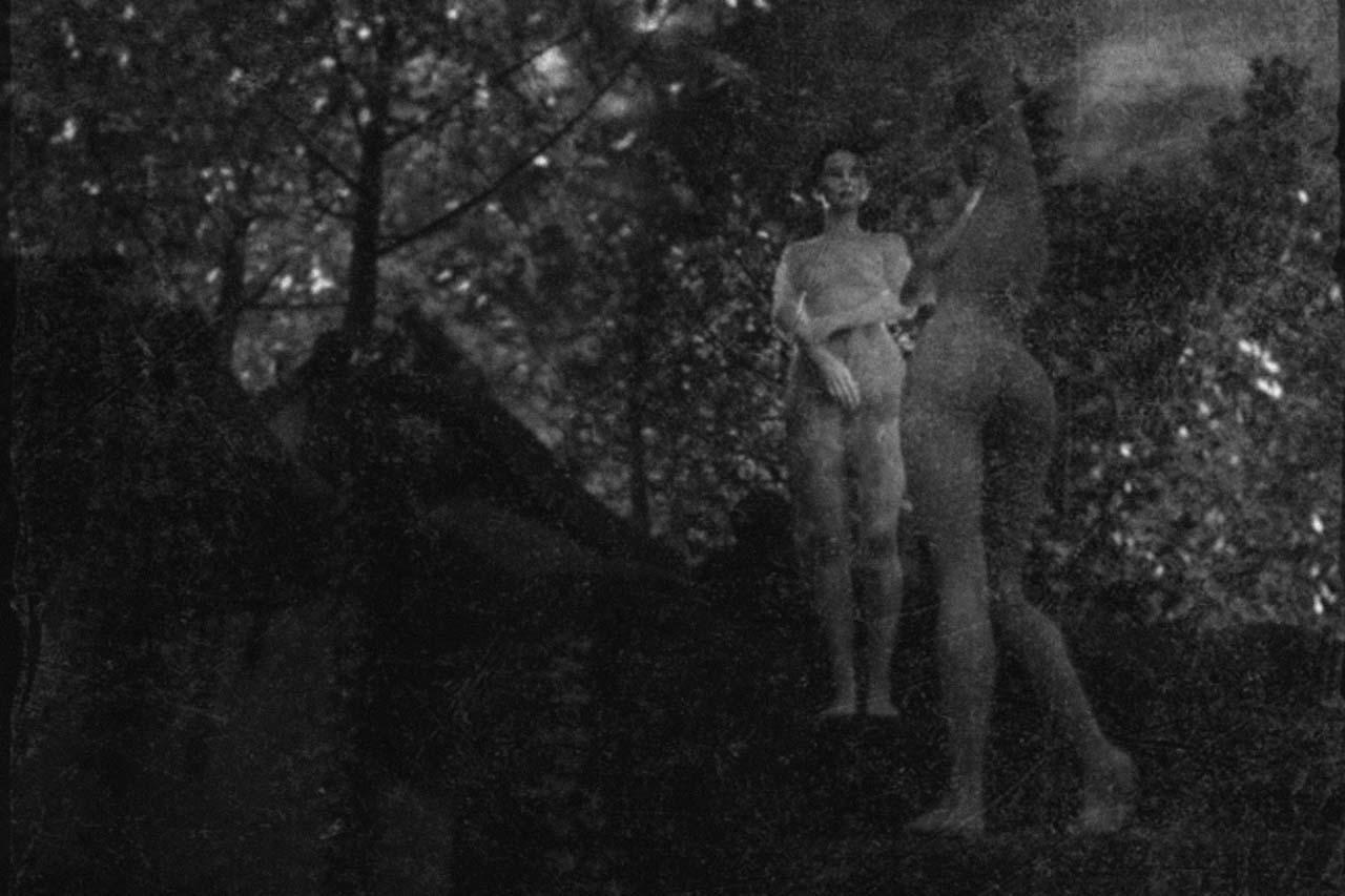 Der Eiskeller im Schlosspark Biesdorf, im Vordergrund zwei Frauen. Undatierte Photographie. Courtesy Collection Claire Castelle.