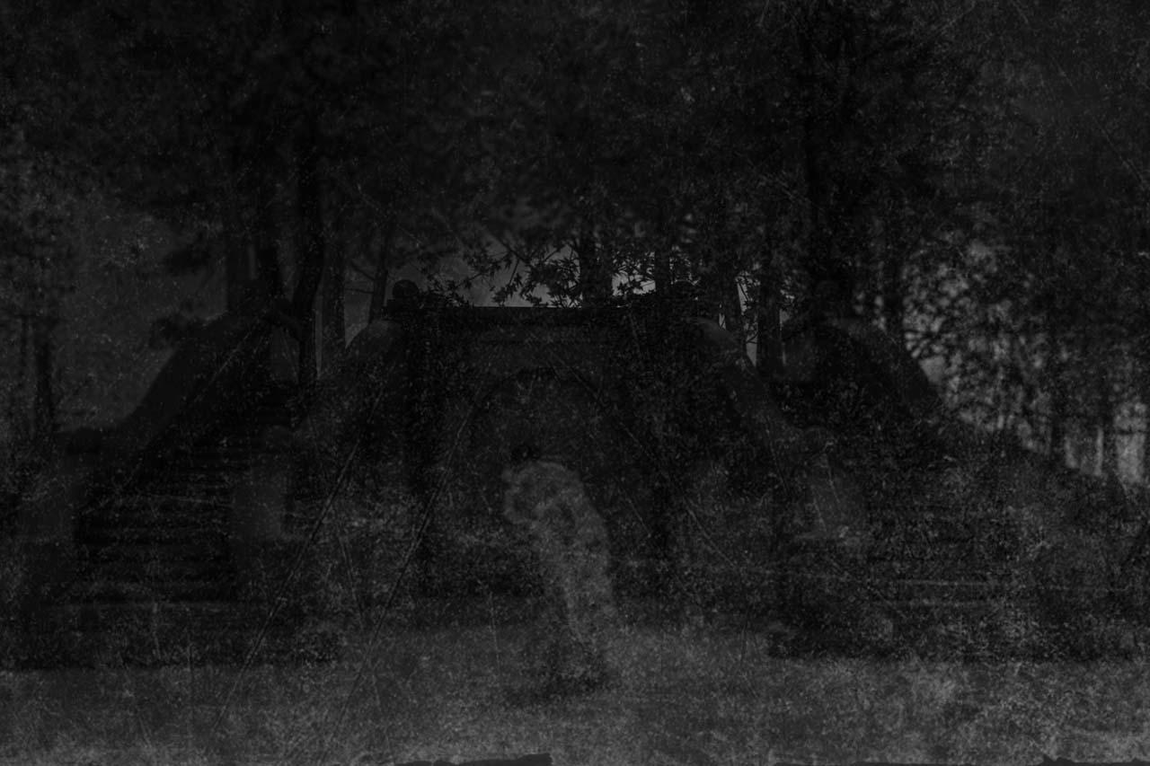 Der Eiskeller im Schlosspark Biesdorf, im Vordergrund zwei umschlungene Frauen. Die