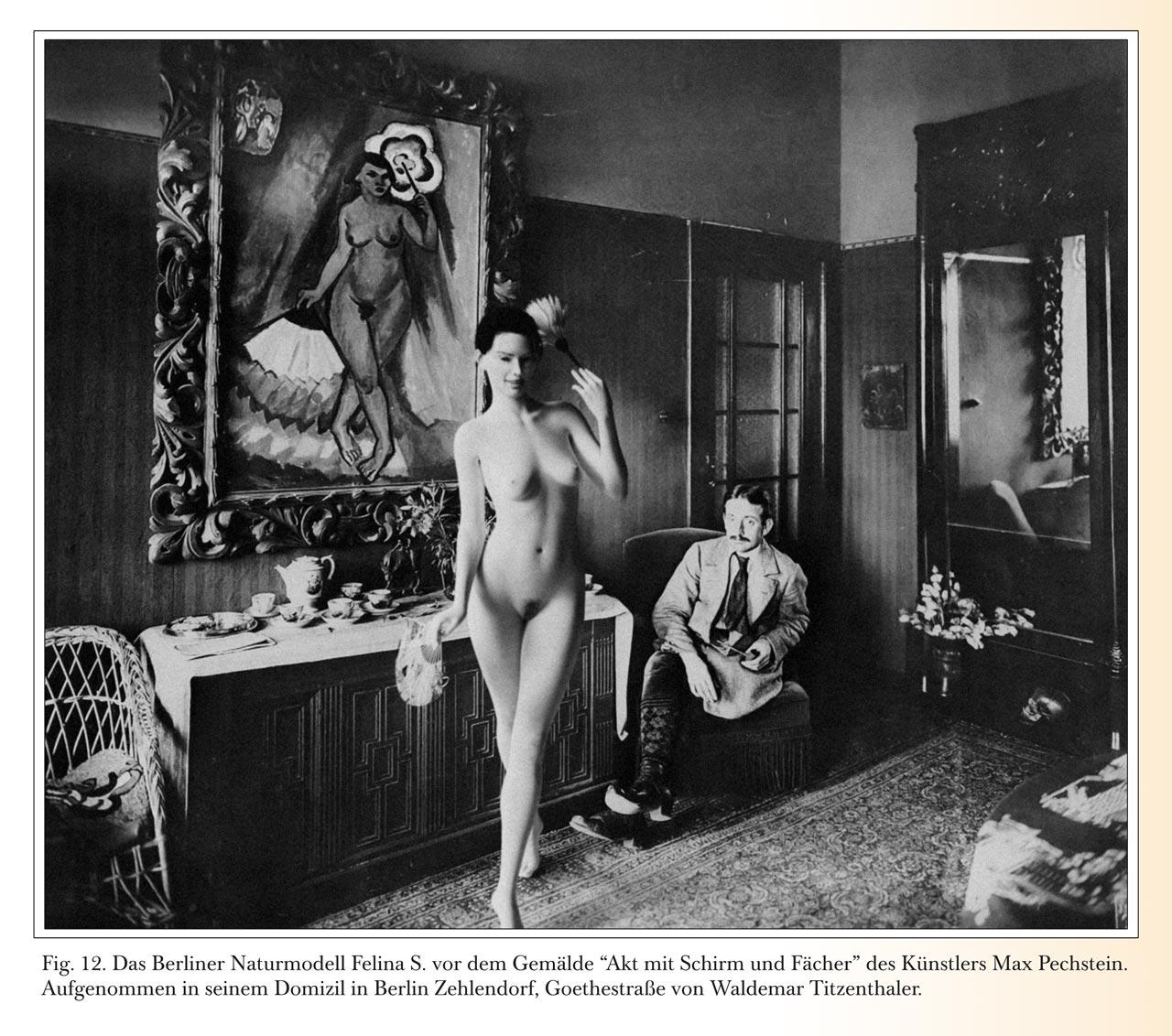 """Felina Schroedinger vor dem Gemälde """"Akt mit Schirm und Fächer"""" des Künstlers Max Pechstein. Aufgenommen in seinem Domizil in Berlin Zehlendorf, Goethestraße von Waldemar Titzenthaler."""
