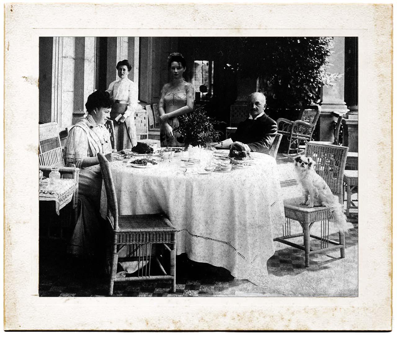 Felina Schrödinger mit Elly und Wilhelm von Siemens auf der Terrasse von Schloss Biesdorf.