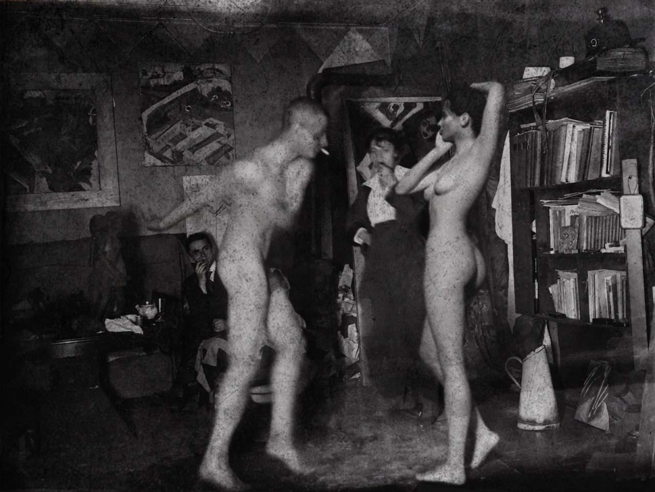 Felina Schrödinger im Atelier von Ernst Ludwig Kirchner, Körnerstraße 45 in Berlin-Wilmersdorf, Fotografie von Kirchner, 1915. / Kirchner Museum Davos