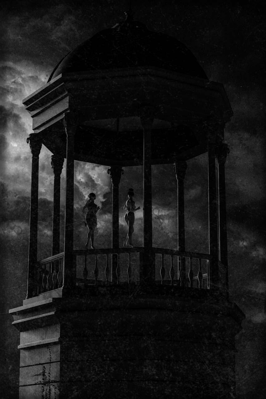 Der Turm von Schloss Biesdorf, auf dem Geländer zwei Frauen. Undatierte Photographie. Courtesy Collection Claire Castelle.